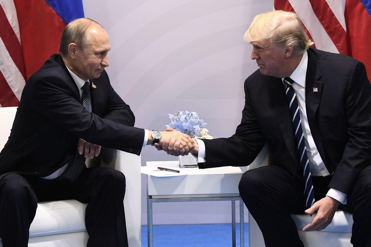 近日俄羅斯人民發動大規模反中共遊行,也從某種程度上表現出俄羅斯現政權的某種意願。俄羅斯加入到反中共聯盟只是遲早的問題。圖為特朗普(右)和普京第一次會晤。(SAUL LOEB/AFP/Getty Images)