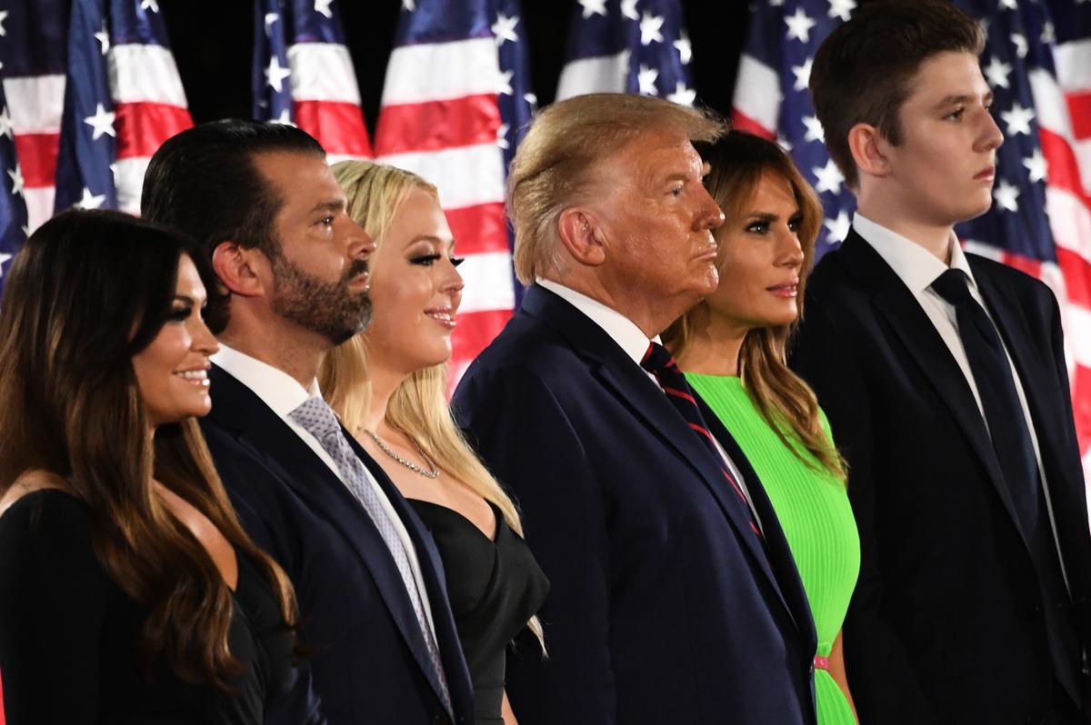美國總統特朗普周四(8月27日)晚正式接受共和黨的2020年總統候選人提名,並在全國代表大會上發表提名演講。圖為特朗普總統的部份家庭成員合照。(SAUL LOEB / AFP)