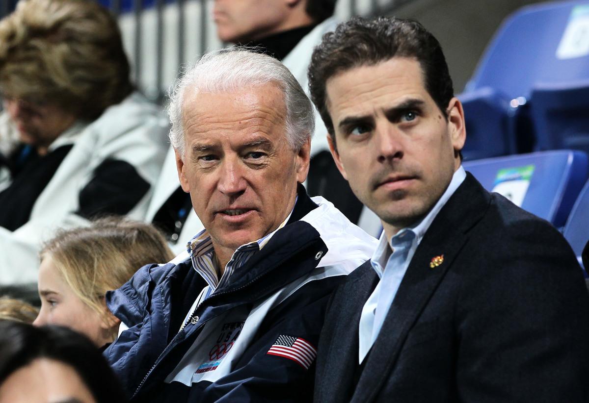 圖為前美國副總統、民主黨2020年總統候選人喬·拜登(Joe Biden,左)與兒子亨特·拜登(Hunter Biden)。(Bruce Bennett/Getty Images)