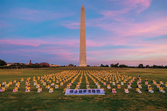 海外法輪功學員悼念在大陸被迫害致死的法輪功修煉者。(大紀元)