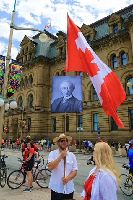 民調發現,約六成受訪者對加拿大首任總理麥克唐納爵士持正面看法。(任僑生/大紀元)