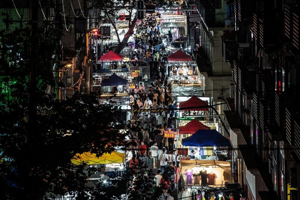 中共病毒(俗稱武漢病毒、新冠病毒)重創中國經濟,中共中央原擬鬆綁地攤救經濟,但又被叫停。圖為6月3日武漢市夜市。(STR/AFP via Getty Images)