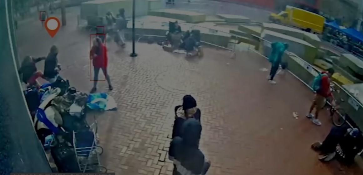 三藩市最新公佈的錄像顯示,史提芬·詹金斯(Steven Jenkins)在三藩市市場街襲擊兩名年齡較大的華裔老人之前,被數人包圍並襲擊。(三藩市公設辯護人辦公室提供)