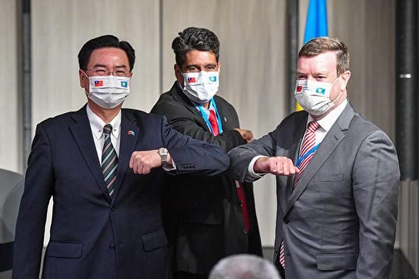 帛琉總統惠恕仁(Surangel Whipps Jr.)(中)2021年3月29日晚間與外交部長吳釗燮(左)共同舉行國際記者會,美國駐帛琉大使倪約翰(John Hennessey-Niland)(右)也出席。(中央社)