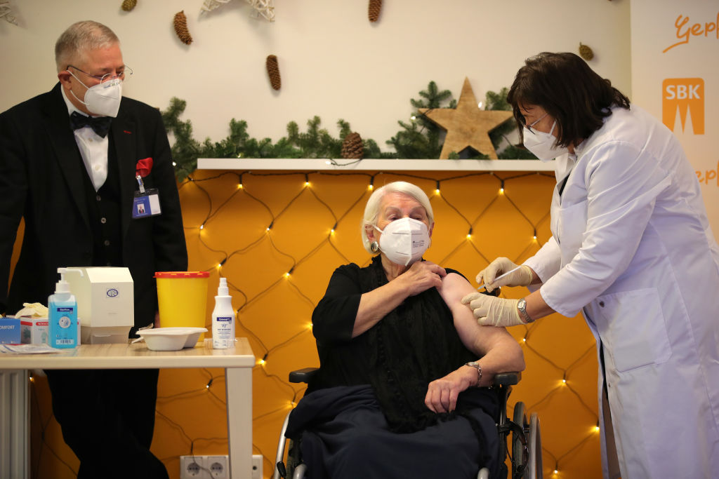德國醫生在養老院為老人接種疫苗。(Andreas Rentz/Getty Images)