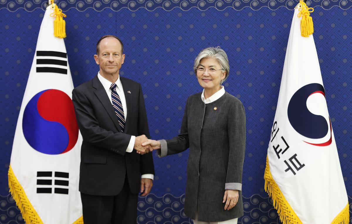 美國助理國務卿史達偉在美國參議院的一次聽證會上,闡述美國對華政策。圖為史達偉(David Stilwell)與南韓外長康京和會面資料照。(Photo by Ahn Young-joon/POOL/AFP)