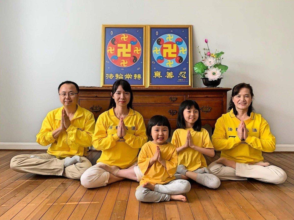 2021年元旦之際,費法輪功學員林靜(左二)和丈夫王子峰(左一)與兩個孩子,還有媽媽童淑珍(右一)恭祝師尊新年快樂!(林靜提供)