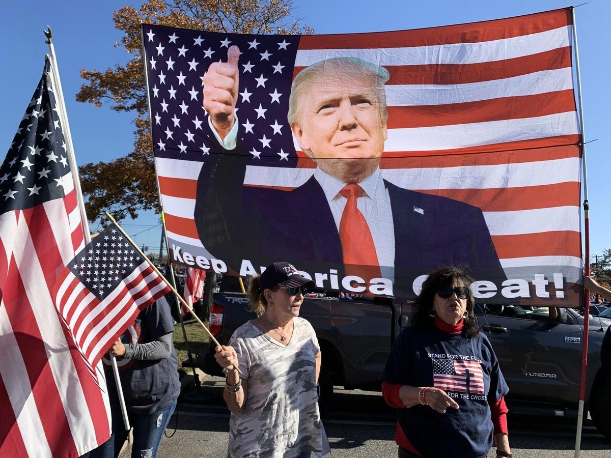 支持者高高豎起特朗普巨型畫像。(林丹/大紀元)