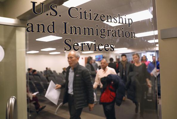 美國公民及移民服務局(USCIS)周五(10月2日)發佈政策通告,明文強調凡共產黨員或其它極權主義政黨的黨員或其附屬組織的成員申請移民身份調整,都不會獲得受理。(John Moore/Getty Images)