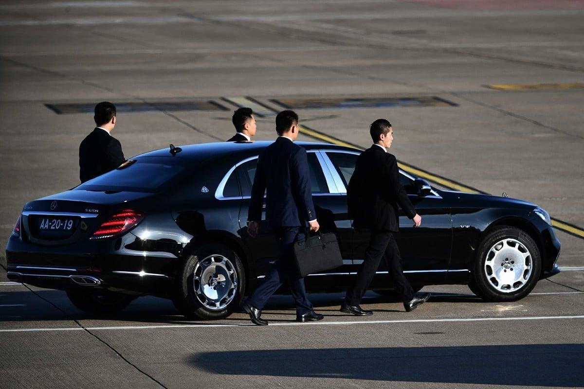 12月18日,習近平到達澳門展開為期三天的訪問。圖為習坐車離開機場,保安人員圍在四周。(ANTHONY WALLACE/AFP via Getty Images)