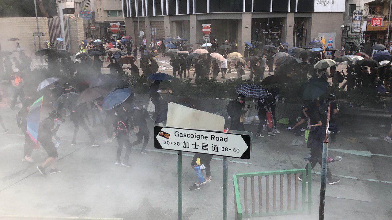 圖為11月18日早上,大批民眾趕來理大救助學生,被警察狂放各種彈藥驅散。(梁珍/大紀元)