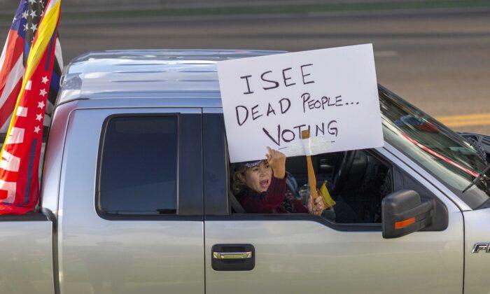 2020年11月7日,美國總統唐納德·特朗普的支持者在加州比華利山莊舉行集會。(David McNew/AFP via Getty Images)