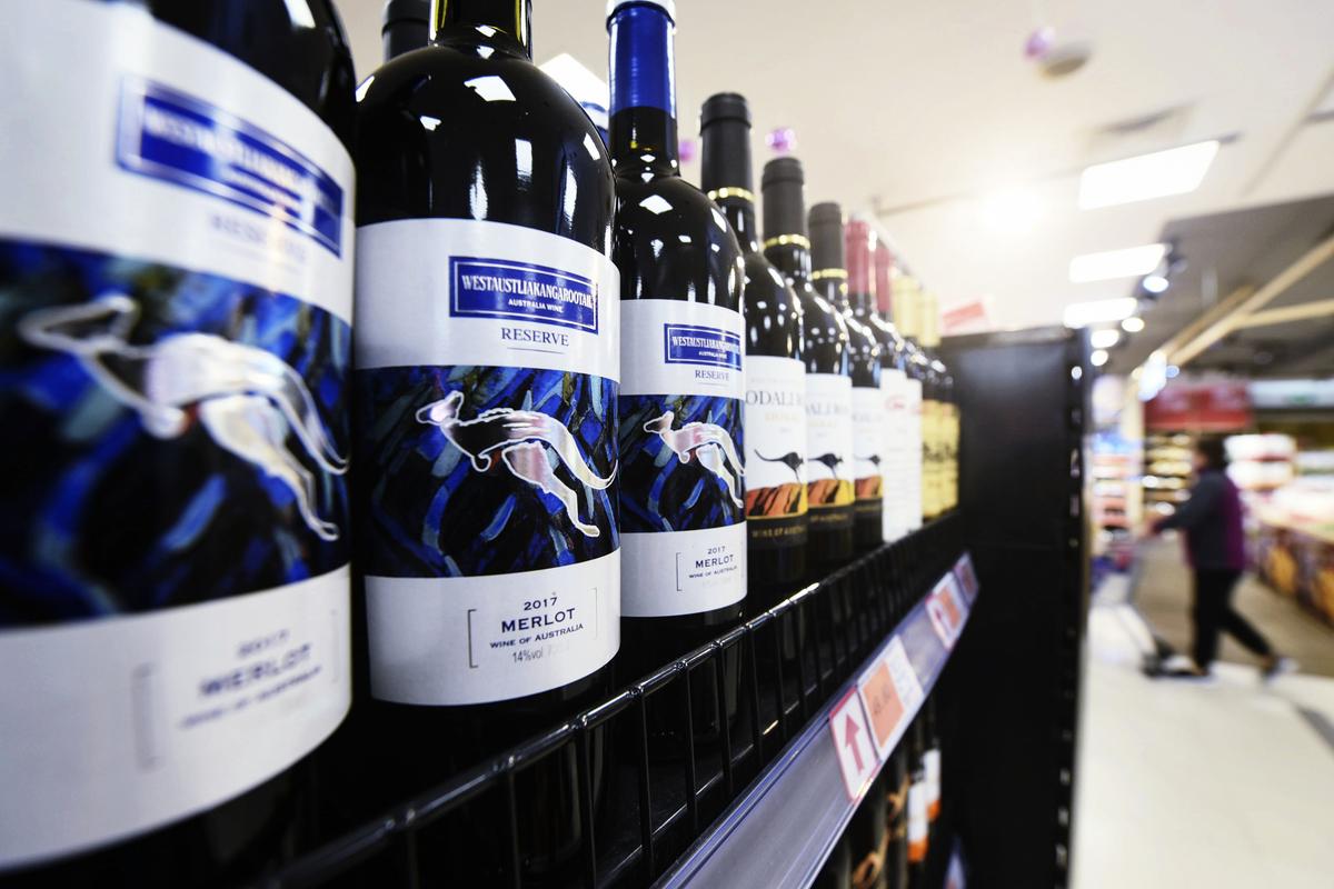 圖為澳洲出口到中國的葡萄酒。(Photo by STR/AFP via Getty Images)
