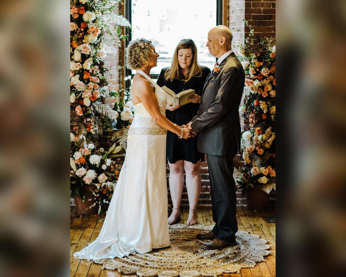 4月下旬,馬歇爾和麗莎在親朋好友的見證下,舉辦了「第二次婚禮」。(Cait Fletcher Photography、Dan Brehant Photography和Brehant Creations Events提供)