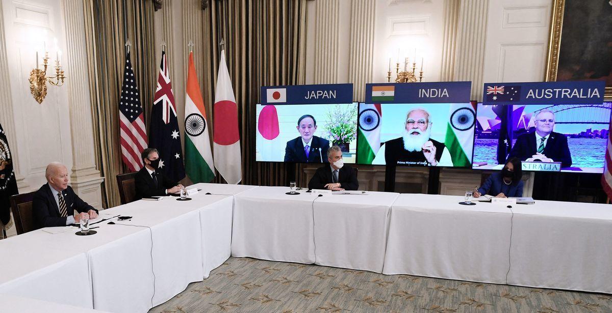 在台海發生衝突時,日本是否將採取具體行動協助美國防衛台灣,有分析人士認為,考慮到沖繩及日本西南島嶼國民的安全,一旦台海有事東京當局無法袖手旁觀。圖為2021年3月12日美、日、印、澳四國首腦出席視像會議。(OLIVIER DOULIERY/AFP)