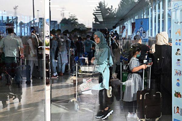 圖為「哈米德卡爾扎伊(Hamid Karzai )」國際機場,很多阿富汗人急於離開。(SAJJAD HUSSAIN / AFP)