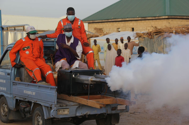 2020年4月15日,尼日利亞的博爾諾州環境保護局(BOSEPA)對難民營進行消毒,以預防中共病毒的傳播。在邁杜古里的流離失所者營地,工作人員使用燻蒸機消毒。 (PIUS UTOMI EKPEI/AFP via Getty Images)
