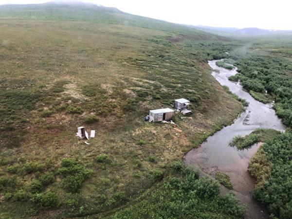 美國海岸防衛隊於7月16日在阿拉斯加州一處偏遠礦區救了一名被野熊糾纏7天的男子。(U.S. Coast Guard)