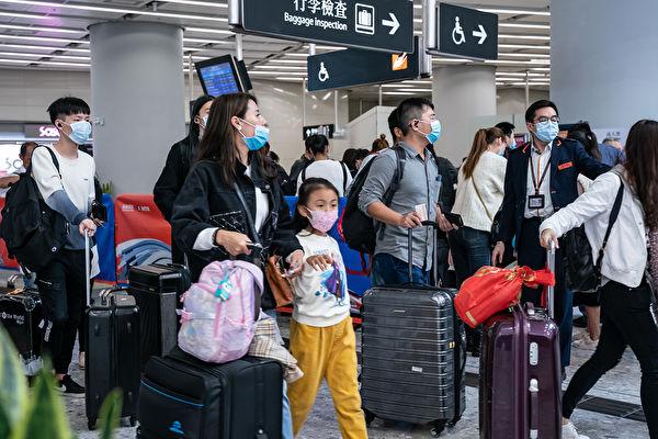 中共肺炎擴散,中共政府要封城,很多人選擇「走為上策」。(Anthony Kwan/Getty Images)
