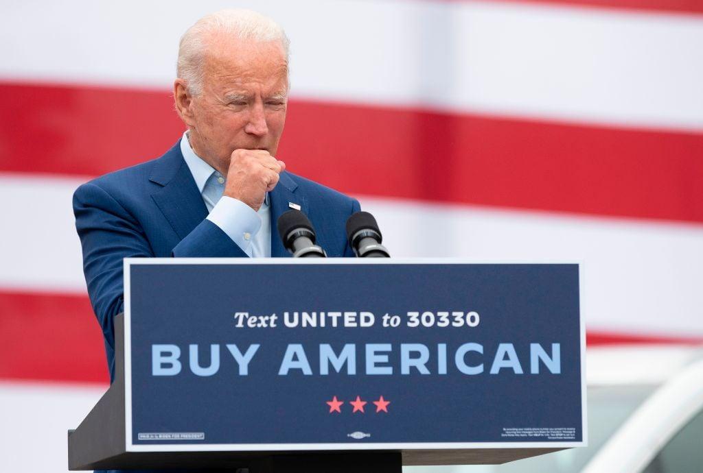 民主黨候選人拜登多次當眾咳嗽時,只用手象徵性擋一下。(JIM WATSON/AFP via Getty Images)
