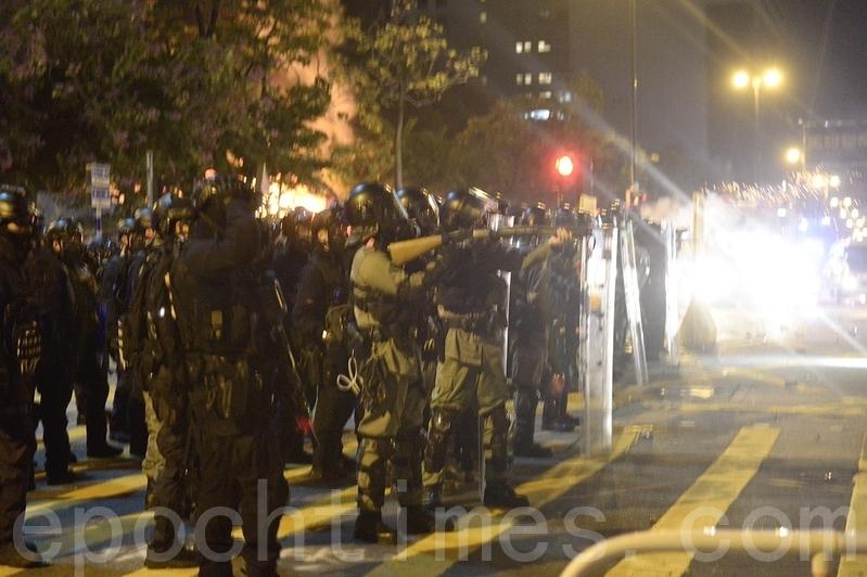2019年11月18日凌晨,香港警察在柯士甸道彌敦道交界發射大量催淚彈。(余天祐/大紀元)