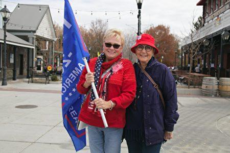 11月14日,卡森市居民貝弗利‧柯林(Beverly Colline)(左)和維多利亞‧加爾佈雷思(Victoria Galbraith)也來到現場支持特朗普。(曹景哲/大紀元)