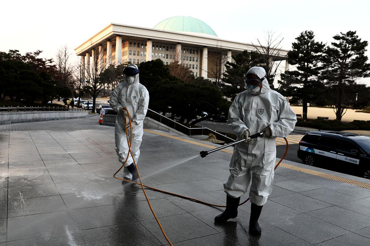 南韓爆發新型冠狀病毒疾病(COVID-19)確診病例,3月7日昇至6767例。圖為2月24日,首爾的防疫人員。(Photo by Chung Sung-Jun/Getty Images)