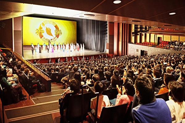 2020年1月3日,美國神韻紐約藝術團在日本京都的兩場演出再度爆滿。至此,自2019年12月25日從日本中部重鎮名古屋開始迄今的,神韻在日本的八場演出全部爆滿,再創票房神話。圖為1月3日晚場結束時,觀眾向神韻紐約藝術團全體藝術家依依惜別之情景。(牛彬/大紀元)