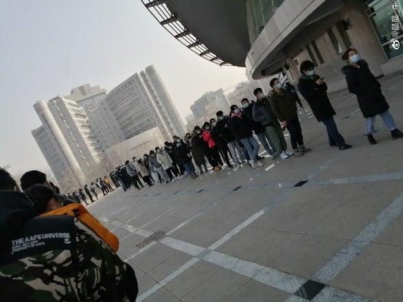 北京網友拍攝1月21日排隊做核酸檢測場面。(微博圖)