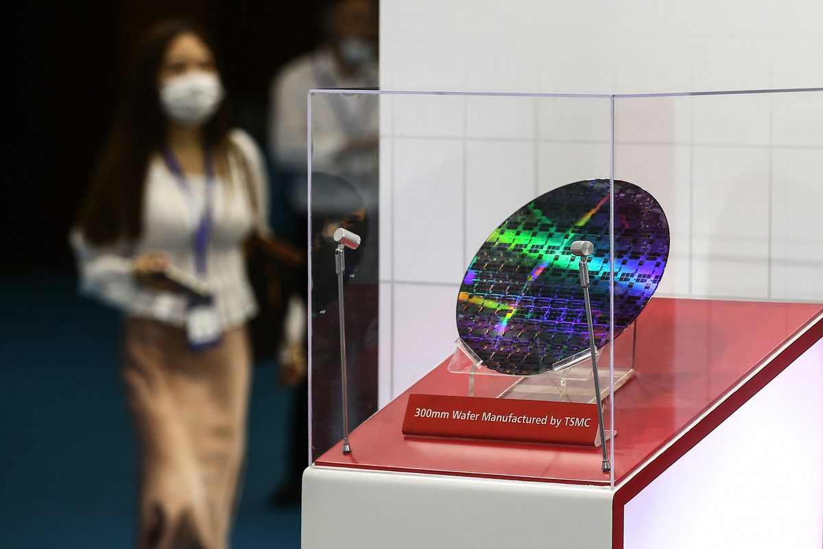 台積電公司在2020南京世界半導體大會上展示的晶片。 (STR/AFP via Getty Images)