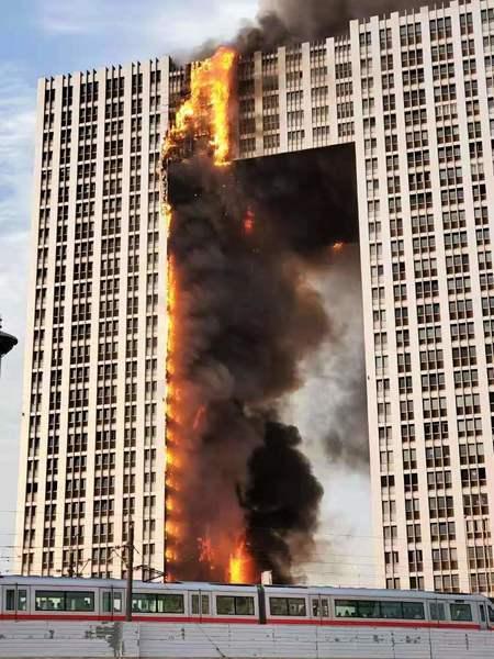 大連地標建築起火 燃燒7小時 火勢直竄樓頂