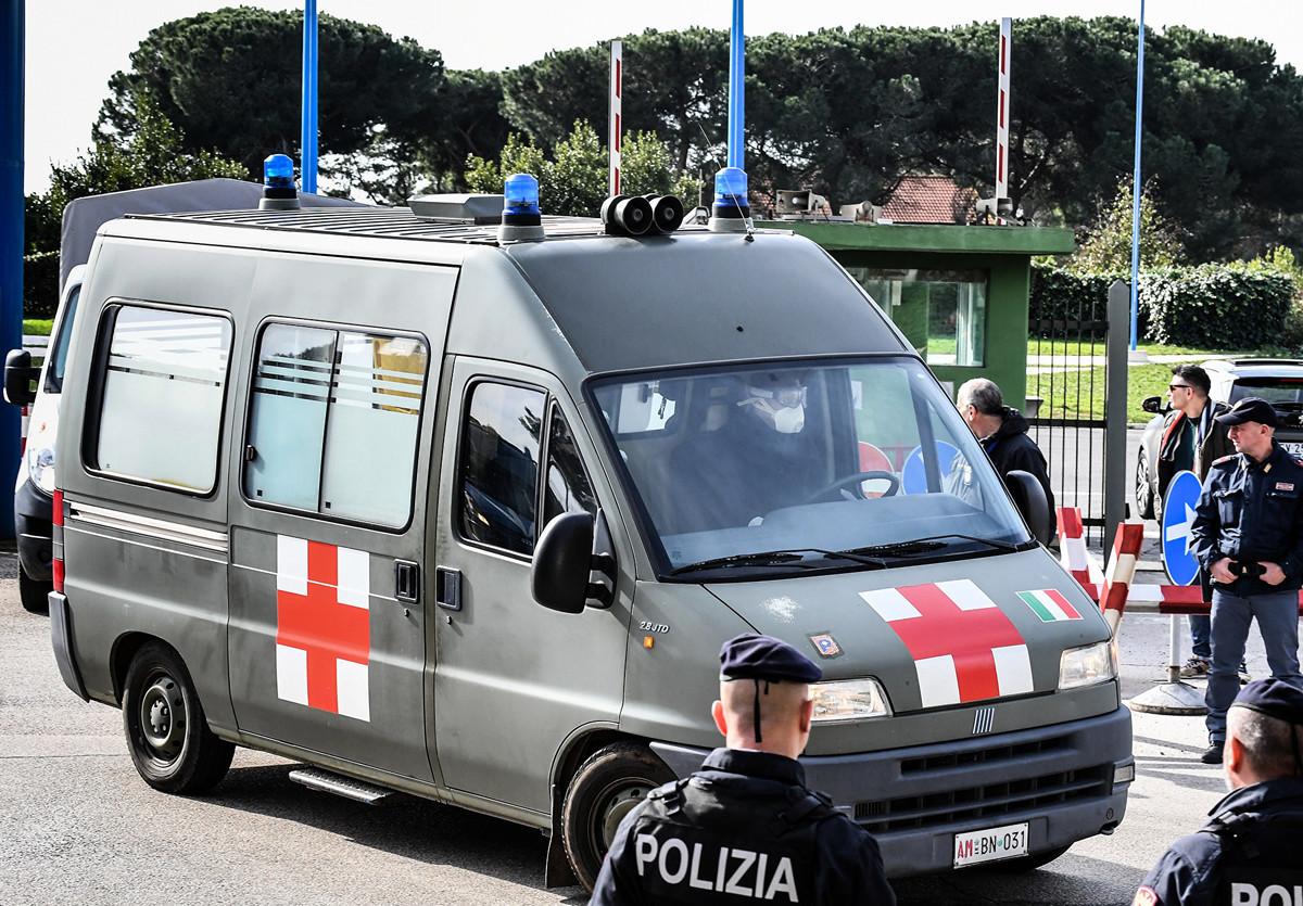 2020年2月3日,一輛軍事救護車運送從武漢撤離的意大利公民,離開羅馬南部的馬里奧‧德‧貝納迪(Mario De Bernardi)軍事機場,前往附近的切奇尼奧拉(Cecchignola)中心,人們會在那裏被檢測隔離。(Andreas SOLARO/AFP)