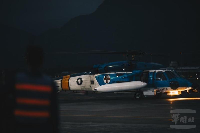 中華民國空軍飛官上校蔣正志,2020年11月17日傍晚6時5分駕駛一架F-16戰機起飛2分鐘後失聯。圖為空軍派遣S-70C海鷗直升機投入搜救任務。(軍聞社提供)