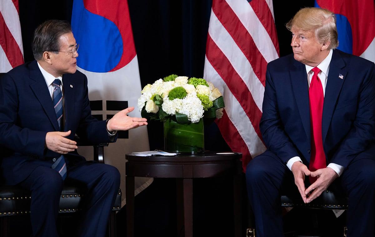 美國總統特朗普和南韓總統文在寅(Moon Jae-in)周一(9月23日)在紐約於聯大期間舉行會談。(SAUL LOEB/AFP)