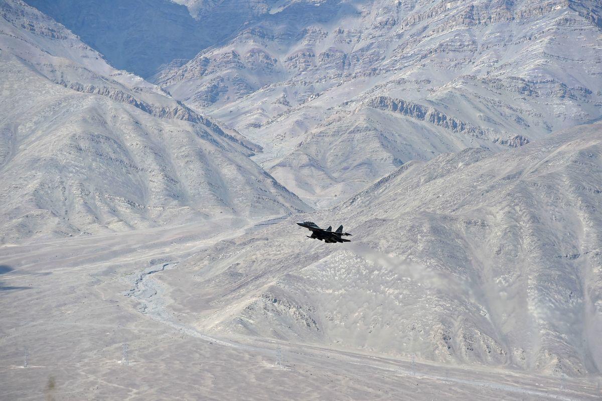 2020年6月25日,一架印度戰鬥機飛越印度聯盟拉達克(Ladakh)首府列城(Leh)。(TAUSEEF MUSTAFA/AFP via Getty Images)