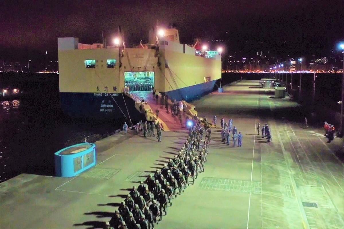 8月29日凌晨,中共大批軍隊進入香港,引起市民高度關切。新華社聲稱這是駐港部隊的例行輪換。圖為8月29日央視影片截圖顯示,滿載大批共軍與裝甲車的船隻抵達香港。(Handout/CCTV/AFP)