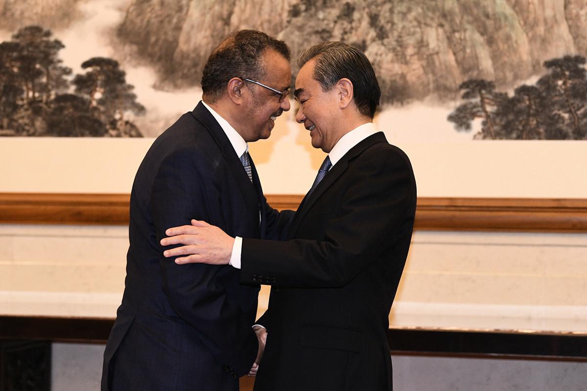 2020年1月28日WHO總幹事譚德塞在北京釣魚台國賓館與中共外長王毅握手。(Getty Images)