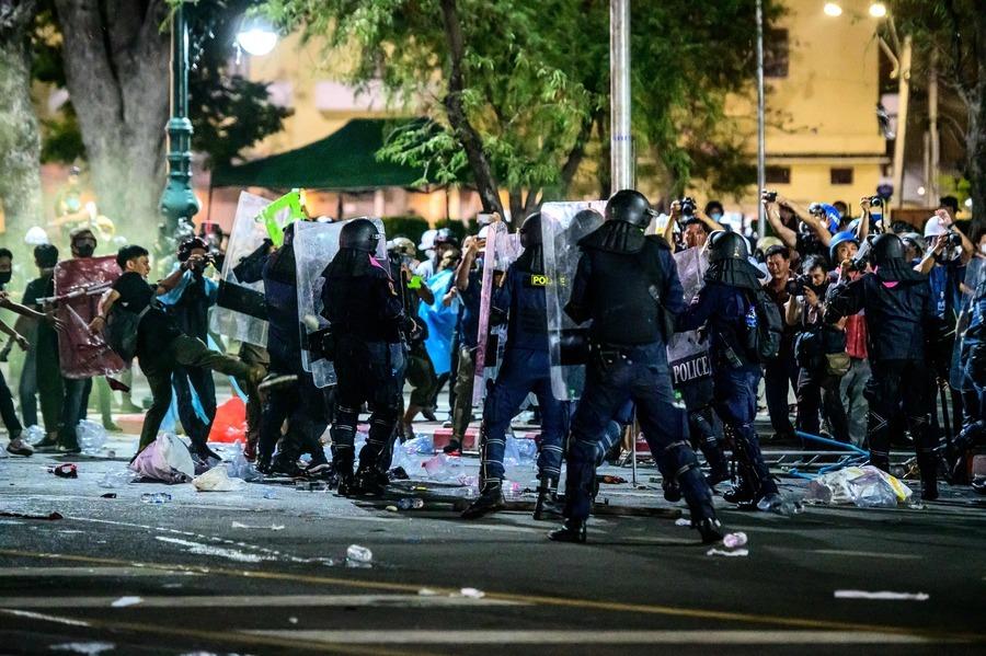 泰國上千人大王宮旁抗議 遭警強勢驅離(多圖)
