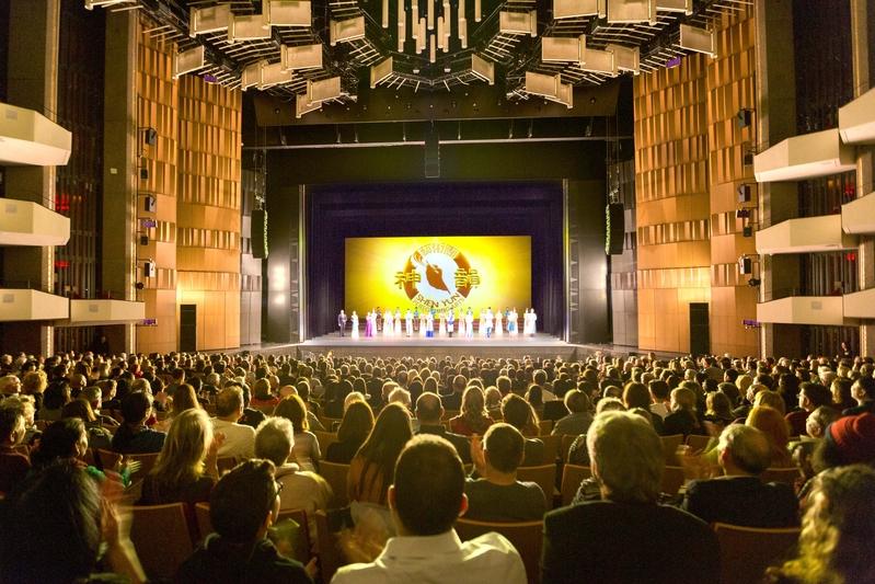 2019年12月26日晚,神韻2020年全球巡迴演出在加拿大的首場,觀眾爆滿。神韻世界藝術團在渥太華國家藝術中心的頂級演出,再度令觀眾傾倒、歎服。(艾文/大紀元)