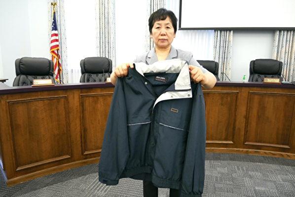 王春彥2004年1月15日從遼寧省女子監獄釋放時,意外從行李中翻出的自己親手檢驗過的奴工產品。2021年5月4日,王春彥在維珍尼亞州庫爾佩珀縣(Culpeper County)委員會上首度予以曝光。(李辰/大紀元)