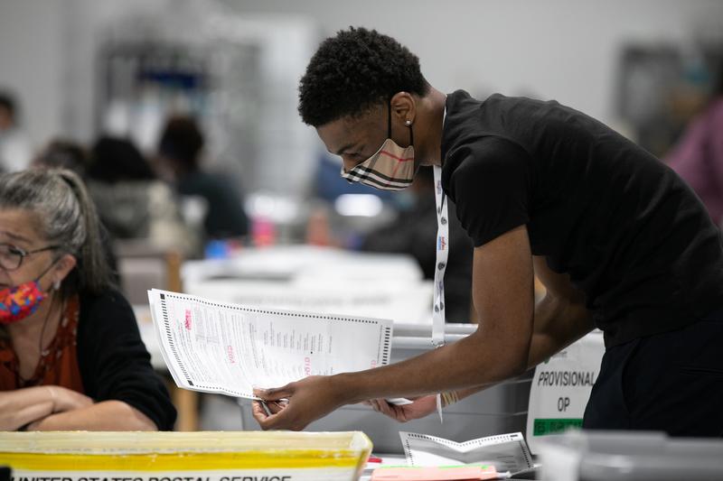 圖為2020年11月6日,佐治亞州勞倫斯威爾,格威納特郡的選務人員進行計票工作。(Jessica McGowan/Getty Images)