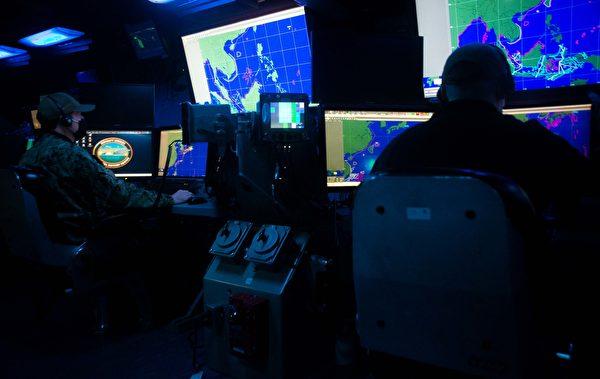 2020年12月7日,美軍與澳洲、加拿大軍隊一起進行虛擬環境訓練,屏幕顯示了第一島鏈和南海態勢圖。(美國印太司令部)