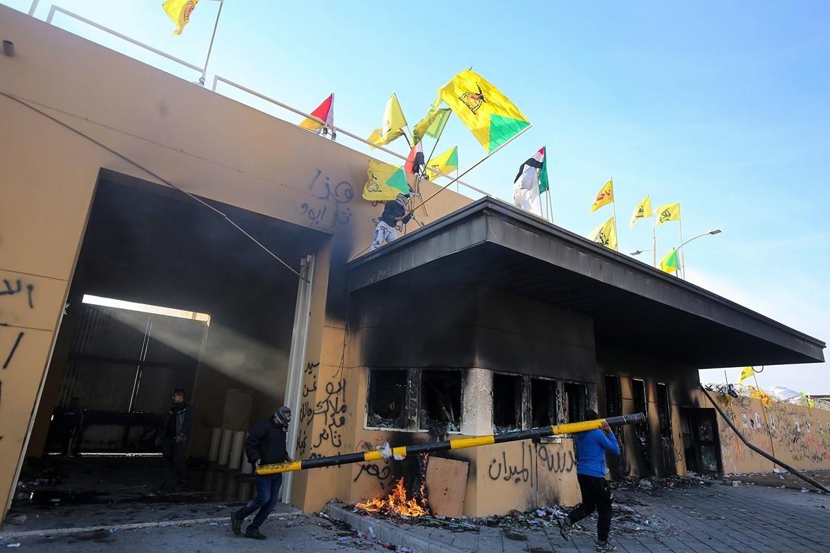 2020年1月2日披露的照片顯示,駐巴格達美國大使館遭到親伊朗的伊拉克抗議者的嚴重破壞。 (AHMAD AL-RUBAYE/AFP via Getty Images)