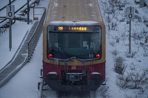 2021年2月8日,德國柏林,S-Bahn列車(柏林的快速運輸鐵路)在雪中行駛。(JOHN MACDOUGALL/AFP via Getty Images)