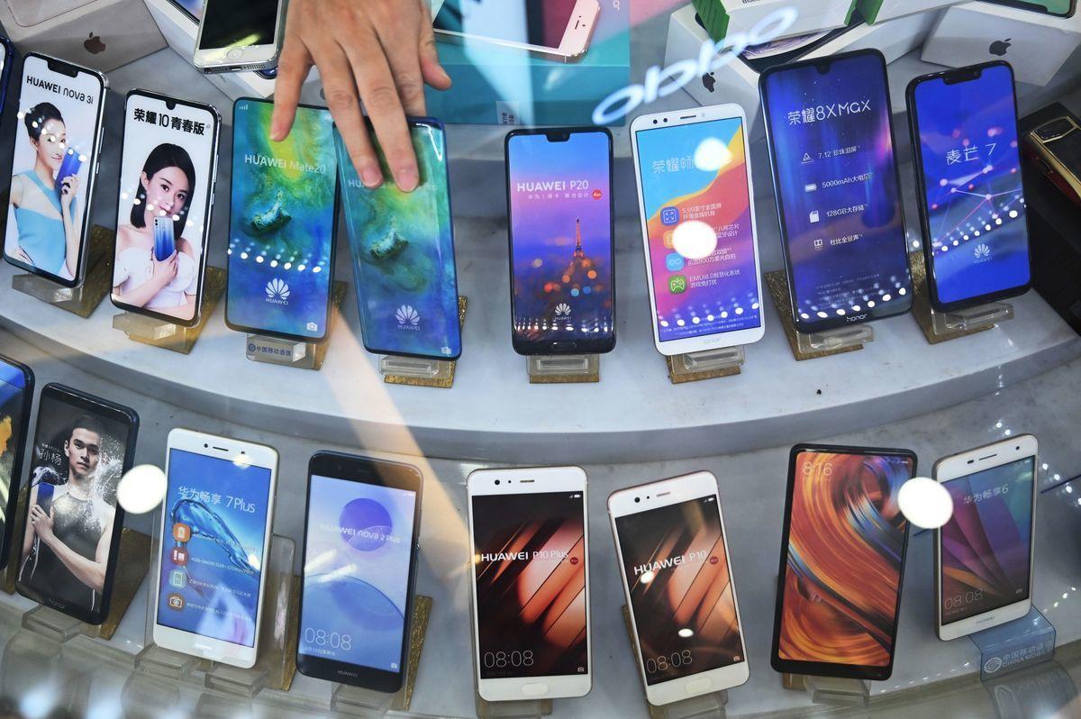 2020年中國手機用戶數暴減557萬。圖為2019年5月27日,上海一家手機商店。(HECTOR RETAMAL/AFP/Getty Images)