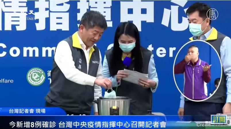台灣中央流行疫情指揮中心指揮官陳時中示範以電鍋乾蒸的方式對口罩進行消毒。(影片擷圖)