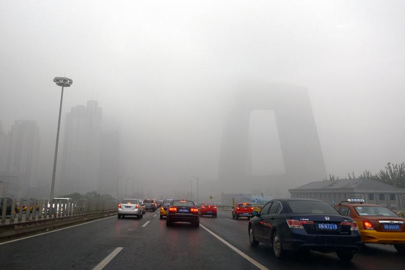 黃曆新年以後,大陸股市躁動,有港媒提醒投資者A股存在三大隱患,投資需慎重。圖為北京市。(Photo credit should read STR/AFP/Getty Images)