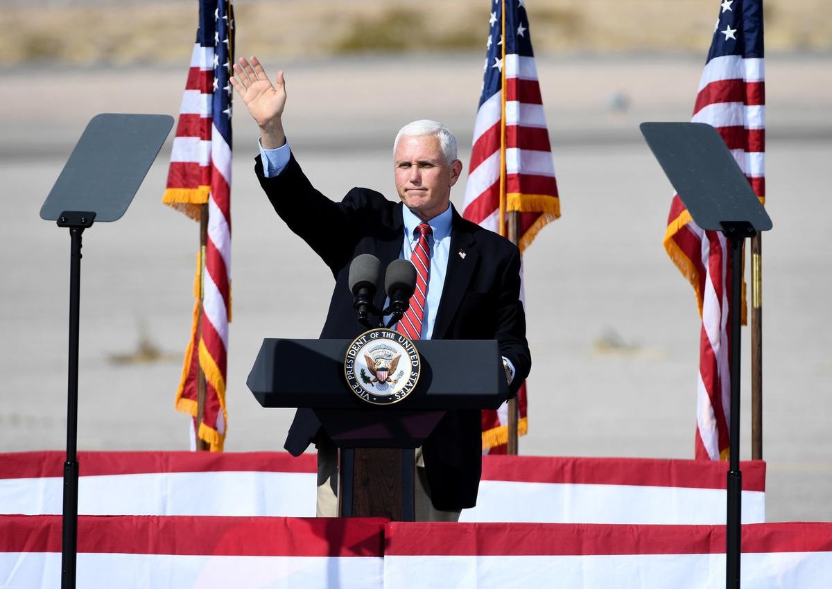 2020年10月8日,美國內華達州博爾德城(Boulder City),副總統彭斯在競選集會上發表講話後,向支持者揮手致意。(Ethan Miller/Getty Images)