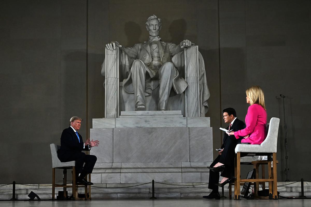 2020年5月3日,美國總統特朗普在華盛頓林肯紀念堂,出席霍士新聞舉行的虛擬市政廳會議。(JIM WATSON/AFP)