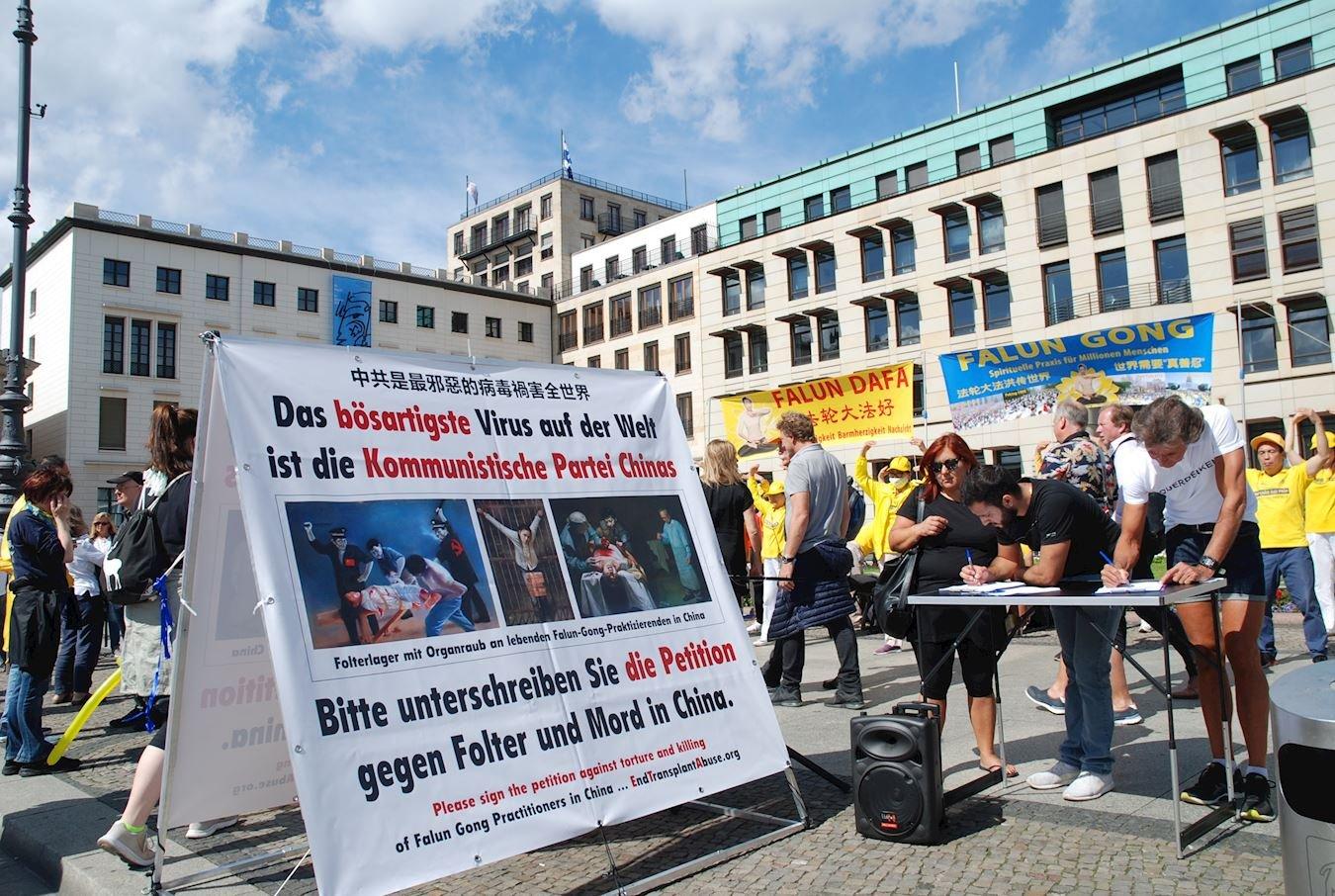 2020年8月29日、30日,法輪功學員在柏林勃蘭登堡門前的廣場上舉辦信息日活動,傳播法輪功的真相。(明慧網)